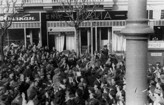 Београд, 27. март 1941: Демонстранти носе официре. Обе фотографије су из Војног музеја на Калемегдану и до сада нису објављене