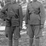 Душан Јовић и Божо Томић, четници 1. вода 2. чете 1. батаљона Краљеве гарде Динарске четничке дивизије. Јовић је из Тичева код Гламоча, био је партизан до априла 1943. Пребегао је у четнике када су му комунисти стрељали мајку зато што је, док се налазио на одсуству, позајмио шаку соли у суседном четничком селу. Рањен је од комуниста у Голубићу 29. новембра 1944, даља судбина непозната. Томић је из Дрвара, рођен је 1925, четник од устанка 27. јула 1941. Обављао је више дужности, стекао чин наредника. Живи у Милвокију, САД
