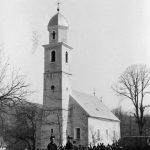 Четници и народ у порти цркве Свети Петар у Залужници, 1942.