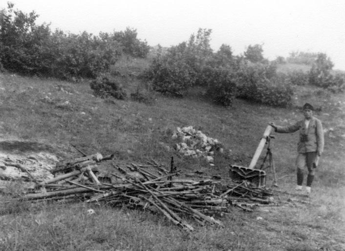 Мајор Алекса Драшковић, командант Дринског корпуса поред оружја заплењеног у борби са комунистима