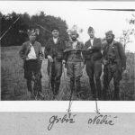 Ова фотографија припадника Ваљевског корпуса потиче из немачке архиве, а на маргинама су оригиналне немачке забелешке. Фотографија је вероватно нађена код поручника Нешка Недића, команданта јединице, када је заробљен у ноћи између 5. и 6. децембра 1942. у с Стапар. Те вечери, по Дражином наређењу, капетан Никола Калабић, командант Горске краљеве гарде, сазвао је састанак официра и угледних грађана вављевског краја, како би утицао на побољшање њиховог рада. Али, један мештанин је издао, па су Немци и љотићевци опколили кућу. После краће борбе, поручник Недић је заробљен, пошто је остао да лежи онесвешћен експлозијом бомбе убачене кроз прозор. Септембра наредне године успео је да побегне из логора на Бањици