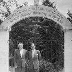 Војводе Доброслав Јевђевић и Момчило Ђујић, на улазу у манастиру Свети Сава у Либертвилу код Чикага, педесетих година