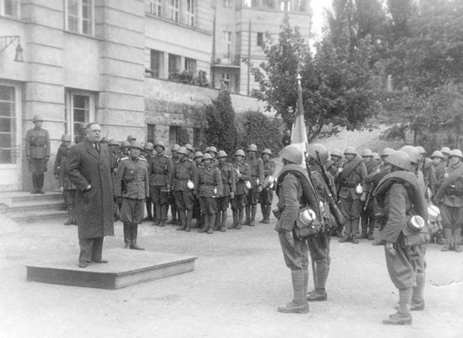 Генерал Недић говори љотићевцима, у Београду, током окупације