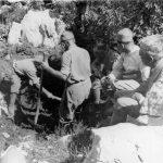 Сахрана погинулих четника Пјешивачког батаљона у Јасеновом пољу. Копање врше Италијани заробљени у борби са комунистима, који су после остали код четника