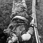 Италијански војник кога су партизани заробили, везали за импровизовани дрвени лежај и тако га мучили, одсекли му полни орган и убили га