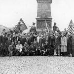 Крушевац, 14. октобра 1944. Четници са грађанима испред споменика Косовским јунацима