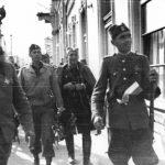 Крушевац, 14. октобра 1944. Пуковник Драгутин Кесеровић, командант Расинско-топличке групе корпуса (други с лева) и амерички поручник Елсфорд Крамер (у срединми) улазе у град