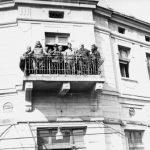 """Крушевац, 14. октобра 1944. године. После борби за ослобођење града, са терасе Хотела """"Париз"""" говорили су пуковник Драгутин Кесеровић (први с лева), један совјетски пуковник (у средини) и амерички поручник Елсфорд Крамер. Совјетски и амерички официр били су сведоци борби четника против Немаца. Међутим, недуго потом, истог дана, совјетска Црвена армија је напала четнике и предала власт комунистичким паравојним формацијама, које су у међувремену пристигле.  Комунисти и данас тврде да су они ослободили Крушевац, наравно не наводећи доказе, док се највећа градска фирма зове """"14. октобар"""""""