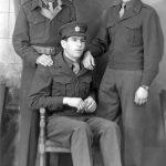 Четници Личкокордунашког корпуса на служби у енглеској полицији у Наполију, Италија, 1946. године. Седи Душан Бракус, стоје Стево Бракус и Јовица Грбић