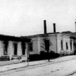 Горњи Милановац, 16. октобра 1941. Немачка моторизована колона потпуно је спалила град. У средини је спаљена кућа академика Драгише Васића. По спаљивању Милановца, Немци су се вратили у Крагујевац. Повели су 133 Милановчана и успут су хапсили сељаке