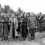 Детаљ са заклетве у Вујетинцима. Први с лева је наредник Милан Козодера. Први у другом реду је наредник Александар Вујичић (емигрирао, умро у Француској 1996)
