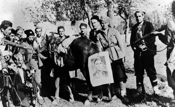 """Четници са Павелићевом сликом на """"пригодном"""" месту"""