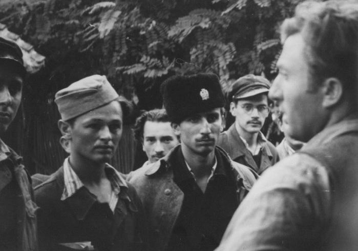 Капетан Младен Радовановић, командант 1. јасеничке бригаде Смедеревског корпуса у разговору са омладинцима регрутима.