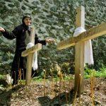 Гробови двеју Српкиња које су силовали и убили Тачијеви ратни злочинци.  Западни медији ни ово нису објавили. Оне су биле само Српкиње. Преко 2100 Срба је убијено од стране ОВК од 1998. године. Нико на западу не истржује ове злочине нити тражи правду за српске жртве.