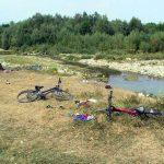 Сцена злочина над српском децом на Бистрици. Терористи су отворили ватру на децу која су се купала из супротној обали. Дечја одећа, бицикли и други артикли остају разбацане у близини