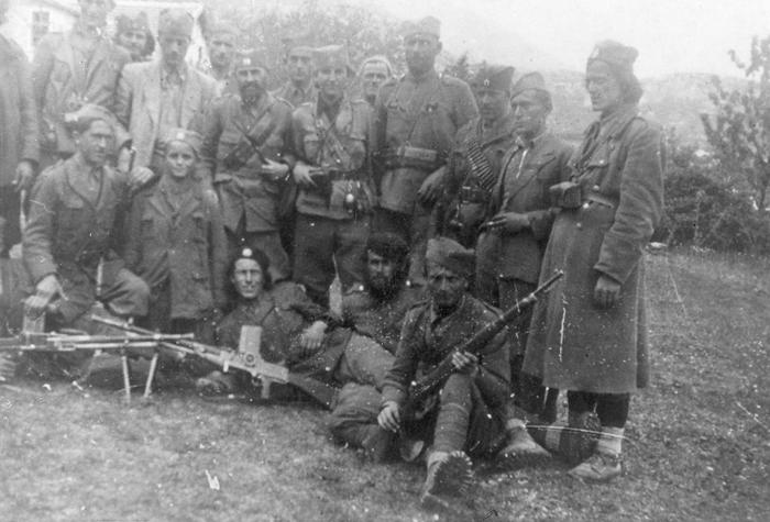 Мајор Петар Баћовић стоји у средини, а са његове десне стране је капетан Миливоје Ковачевић