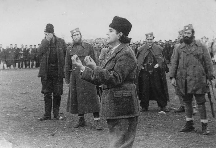 Говор мајора (војводе) Петра Баћовића, команданта Источне Босне и Херцеговине, у Книнској крајини почетком 1943. Иза Баћовића су херцеговачки официри