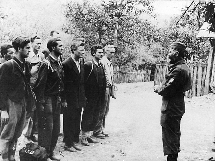 Дража у разговору са регрутима 1944. године