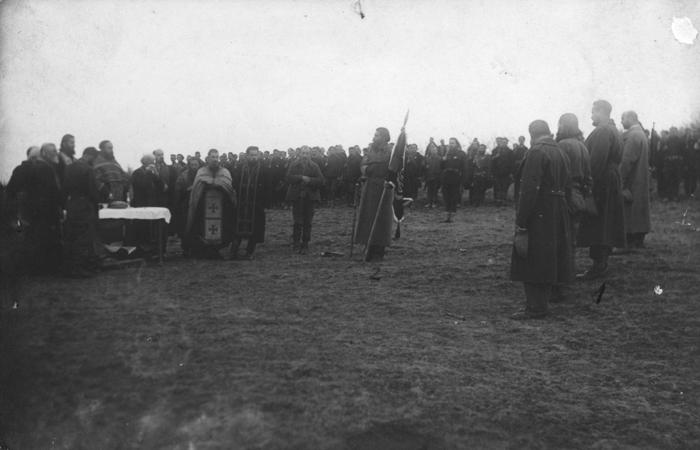 Војничка заклетва: Млавки корпус. Командант мајор Оцокољић, десно, највиши, означен бр. 1