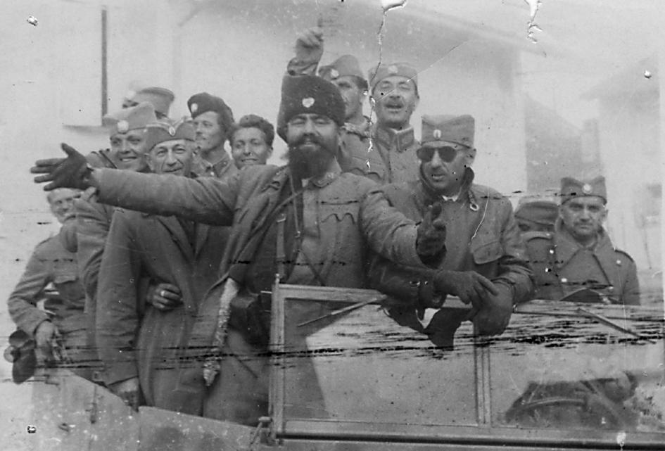 По преласку у Италију, 6. маја 1945. Лево од војводе Ђујића је генерал Матија Парац, командант Хрватске армије, а десно генерал Миодраг Дамјановић, командант Истакнутог дела Врховне команде (тамне наочаре). Између Ђујића и Дамјановића, са подигнутом руком, је генерал Коста Мушицки, командант Шумадијске дивизије, која је управо настала од Српског добровољачког корпуса (љотићевци)