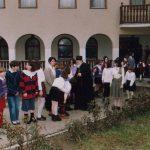 Владика Сава шумадијски са сирочићима из западних крајева прихваћеним у Манастиру Дивостин