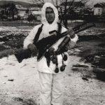 Богдан Малбаша (57), најстарији извиђач,саоружјем које је отео у борби