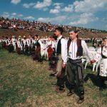"""Велики народни сабор """"Чаша воде са извора"""", у Гривцима, и коло за Гиниса, у којем је играло неколико хиљада душа."""