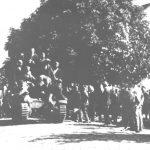 """Француски тенк типа """"хочкис"""" који су четници запленили од Немаца октобра 1941. године. На левој страни тенка стоји поручник Јован Бојовић, командант Јеличког одреда. Погинуо у нападу на Краљево недуго потом."""