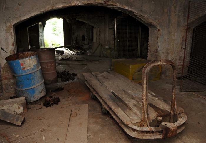 Напуштена зграда у чијем подруму је откривена масовна гробница новембра 2011.
