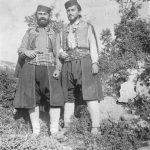 Капетан Миливоје Ковачевић и поручник Влаћко Јовановић у селу Тули на Зупцима код Требиња, близу куће Милоша Риђушића, августа 1942. године