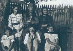 Моја мама Босиљка је у белој каро хаљини, отац Јоца (како су га тамо звали) у средини, поред њега попадија, доле у средини ја (Јоца из Марибора, тако су и мене тамо називали), држим маче у руци, и са моје леве и десне стране клече попове ћерке. Мислим да је то било маја 1943. Ту смо се већ били опоравили од глади и мука, захваљујући попу и попадији а и сељацима у Субјелу, који су нас добро хранили и према могућностима облачили. Др Јоца (Josip) Заверник, Франкфурт