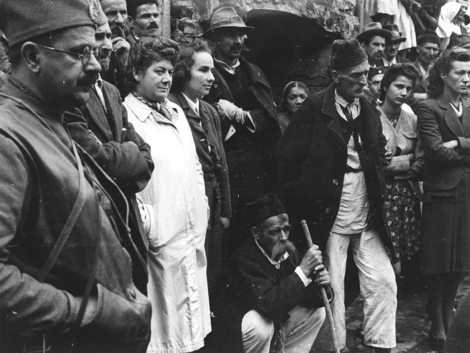 Током дочека Драже у селу Осјечани, Босна, октобра 1942. У белом је лекарка Јеврејка, шефица четничке болнице у овом селу