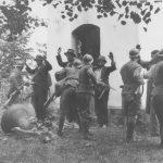 Усташе претресају људе испред цркве 1941. године
