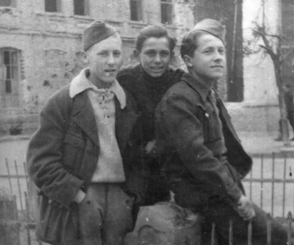 Жива Ковановић (лево), најбољи ђак Крагујевачке гимназије. Снимљен код Крста, у центру Крагујевца, непосредно пред одлазак у ''суд'' (Хотел ''Дубровник'')