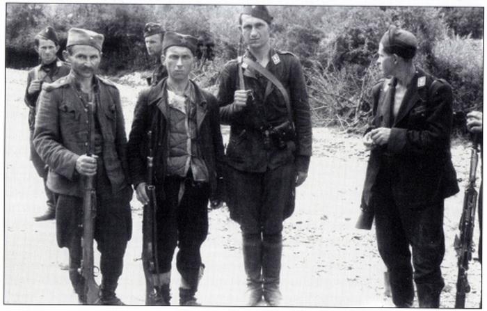 """Контроверзна фотографија усташа """"Црне легије"""" и партизана 1. пролетерске бригаде из априла 1942. године"""