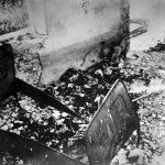 Остаци тела 14 особа из три српске породице, побијене у својим кућама. Усташе доносе лешеве у ову сoбу и спаљују их