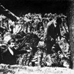 Тела више стотина српских сељака, мучених, масакрираних и затрпаних у подрум и врт усташе Догора из Хавиња. Италијанска војска их је пронашла августа 1941.
