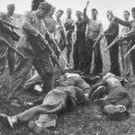 Хрвати и муслимани поред тела поубијаних чланова једне српске породице
