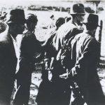 Усташе везују јасеновачке логораше које ће скелом превести преко Саве у Градину на босанској страни где су већ ископане гробнице за њих.