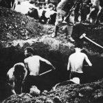 Српски сељаци које су усташе приморале да копају сопствене гробове, негде у Источној Босни 1941.