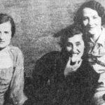 У средини је Добрила Бајило, жена трговца Угљеше на предратном излету на Башајковцу изнад Ливна. Хрвати су је у поодмаклој трудноћи августа 1941. у шуми Копривници код Ливна заклали са синовима Миланом и Драганом. Пре него што су је заклали, извадили су јој дете из утробе и убили га.