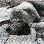 Србин стар око 65 година убијен у Грачацу од стране усташа, италијанска војска га нашла и фотографисала 4. августа 1941. Од удараца тупим предметом лице је потпуно деформисано