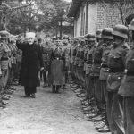Муфтија јерусалимски Ел Хусеини обилази војнике дивизије новембра 1943. по завршетку обуке. Десно од њега, са повезом преко ока, генерал Сауберцвајг, тадашњи командант дивизије