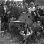 Четници Рудничког корпуса са противтенковским топом ПАК 37 мм, заплењеним у препаду на немачку композицију код Угриноваца септембра 1944. године