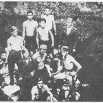 Хрвати стоје у јами на телима тек покланих Срба. Да им се униформе не би прљале крвљу жртава, ови кољачи су се скидали у доњи веш и тако полуголи вршили ликвидације цивила.