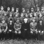 Заједничка фотографија Хусеинија и официра и подофицира јединице. Седи други с десна Хусеин Бишчевић, старешина у дивизији.