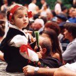 Каленић 2002. Девојчица у народној ношњи