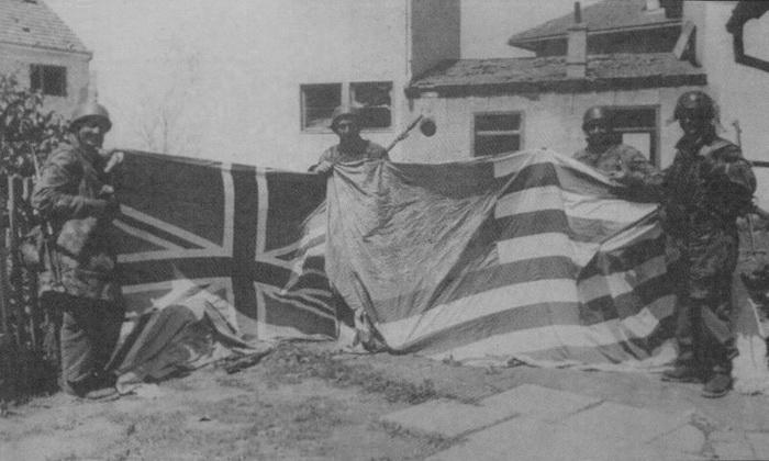 Немци са заплењеним заставама савезничких земаља.