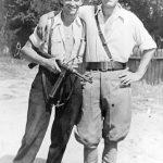 Село Заклопача, августа 1944. Пуковник Милош Радојловић (десно) и Стева :абраја, предратни мотоциклистички шампион