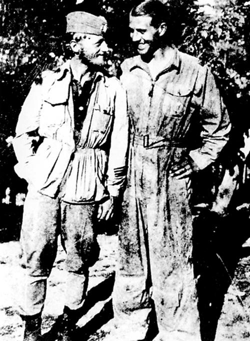 Капетан Милош Аћин Коста са спашеним америчким пилотом 1944. године